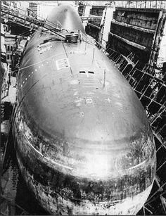 Alfa Class - Le origini del Progetto 705 si possono ritrovare in un requisito, emesso dalla marina sovietica (VMF) nel 1957, riguardante un sottomarino da 1.500 t con velocità superiore ai 75 km/h (40 nodi). Questo avrebbe dovuto essere in grado di intercettare e contrastare le grandi portaerei statunitensi.  Fin dall'inizio, per ottenere prestazioni simili, si pensò di utilizzare il titanio, in modo da ridurre il più possibile i pesi. Tuttavia, già nel 1963, si rese necessario rivedere il…