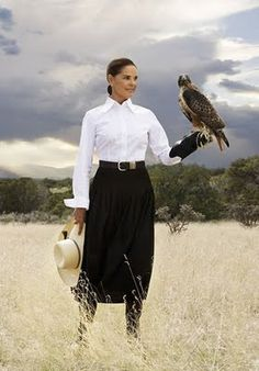 ali macgraw - 73 years, femme tenue traditionnel, rigueur, jupe longue noir, chemisier blanc, style classique