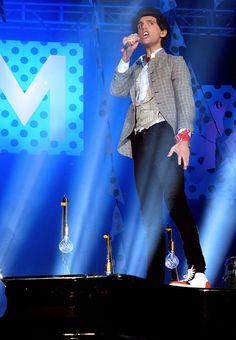 Sur scène, le chanteur assume son look déjanté - Les looks de Mika - Gala