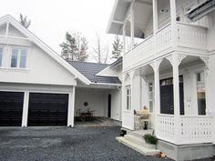 Dobbel garage, fine vinduer, sorte porter. Garage Doors, Exterior, Architecture, Outdoor Decor, House, Inspiration, Home Decor, Homemade Home Decor, Biblical Inspiration