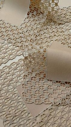 Delight yourself: The beautiful crochet details on the tablecloth - - Crochet Lace Edging, Crochet Motifs, Crochet Borders, Crochet Doilies, Crochet Stitches, Crochet Patterns, Crochet Home, Hand Crochet, Free Crochet