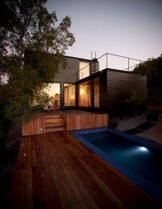 C'est sur un terrain en pente de 5 000 m2, bien arboré, qu'a été conçu ce refuge luxueux avec terrasse, piscine et une vue à couper le souffle sur la vallée. Les conditions requises pour générer ce projet étaient l'accès et l'implantation de la maison en accord avec la végétation.