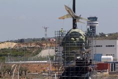 El primer avió que 'aterra' a l'aeroport de Castelló és el que corona l'escultura de Carlos Fabra