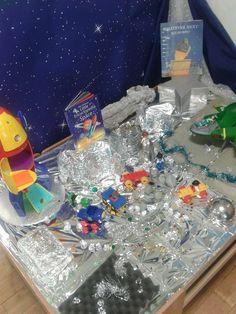 Space Small World Play (from www.mudpiesandmarmalade.blogspot.com) Nursery Activities, Space Activities, Preschool Activities, Tuff Spot, Reggio Emilia, Space Preschool, Role Play Areas, Sensory Bins, Sensory Play