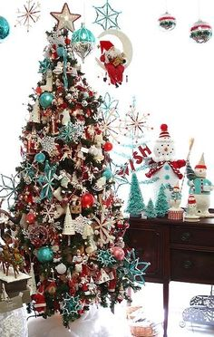 red and aqua christmas tree decor. Noel Christmas, Winter Christmas, Christmas Colors, Christmas Ideas, Whimsical Christmas, Christmas Ornaments, Christmas Photos, Retro Christmas Tree, Christmas Lights