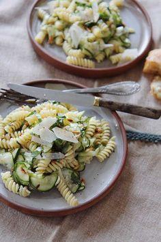 Salade de fusilli, courgettes crues, amandes & parmesan — The Flying Flour Fusilli, Parmesan, 20 Min, Pasta Salad, Terra, Ethnic Recipes, Food, Al Dente, White Beans