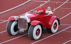 Donald Duck ist die einzige Ente bei Disney, die nur ein Auto besitzt. Alle anderen Enten (Daisy Duck, Dagobert Duck etc). haben mindestens zwei. Donalds Auto ist rot, das Nummernschild trägt entsprechend seinem Geburtsdatum (13. März) die Nummer 313 (3-13, US-Schreibweise). Es existiert ein Nachbau des Wagens. Er wurde in Norwegen von Autofans gebaut und befindet sich in privatem Besitz. Das Fahrzeug hat Straßenzulassung, darf jedoch nicht auf die Autobahn.