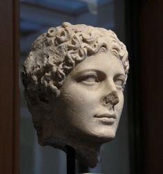"""Nipote di Augusto, sorella di Caligola, moglie di Claudio e madre di Nerone, Agrippina meritava veramente, dal punto di vista dinastico, il titolo di """"Augusta"""". In questo ritratto del Getty Museum di Malibu appare bella e maestosa, ma era anche cinica e intrigante, al punto di sembrare pericolosa anche al suo stesso figlio"""