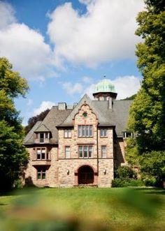 ...kann man zehn Kilometer entfernt in einem einstigen Rittergut nächtigen, dem Hotel Hohenhaus in Holzhausen. Die ehemalige Gutsanlage bietet auch genug Raum für Tagungen und Tagesgäste.