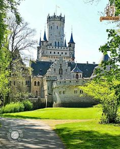 Discover the most beautiful places in the world, travel tips and destination informations Fantasy Castle, Fairytale Castle, Germany Castles, Windsor Castle, Beautiful Castles, Cabins And Cottages, Medieval Castle, Beautiful Places In The World, Historical Architecture