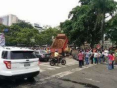 Todos ponen su granito en la lucha 11:15 am Camión suelta arena en Altamira #8M