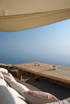 The roof terrace at Sterna, island of Nisyros, Greece. Natural Interior, Mediterranean Homes, Laura Lee, Travel Aesthetic, Greek Islands, Interior And Exterior, Beautiful Places, Home Decor, Black Sand
