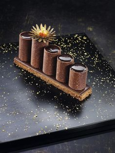Chocolate tart air by Yann Brys Fancy Desserts, Gourmet Desserts, Plated Desserts, Gourmet Recipes, Sweet Recipes, Delicious Desserts, Dessert Recipes, Chocolate Art, Chocolate Desserts