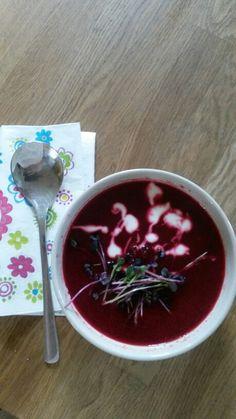 Rote-Bete-Suppe mit Radieschensprossen