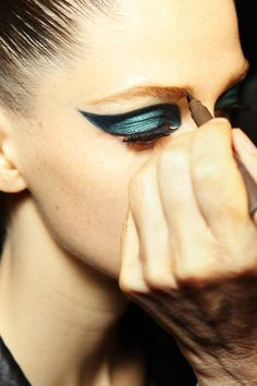 oncethingslookup: Backstage at Atelier Versace Fall 2014 Couture Atelier Versace, Show Beauty, Beauty Make Up, Beauty Stuff, Couture Fashion, Fashion Show, Fashion Design, Couture Makeup, Paris Fashion
