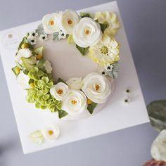 청아하고 단아한 생신 플라워케이크입니다  #flowercake #buttercream #wiltoncake #buttercreamcake #wilton #am1122cake #florist #bridalshower #specialcake #butter #鲜花蛋糕 #フラワーケーキ#カップケーキ #koreanflowercake #cake wedding #instacake #버터크림 #플라워케이크 #꽃케이크 #플라워케익 #환갑케이크 #생신케이크 #플라워케이크클래스 #버터크림케이크 #기업행사 #행사케이크  www.am1122cake.com pandasm1122@naver.com✔️