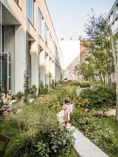 Smal fælles have for beboere. Terrassedøre direkte ud hertil.