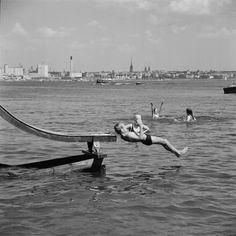 Vesiliukumäki Pihlajasaaren hiekkarannalla.   Bonin Volker von 1.7.1969—31.7.1969   Helsingin kaupunginmuseo   negatiivi, filmi, mv