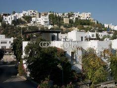 Weiße Häuser mit flachen Dächern an einem Berghang in Bodrum in der türkischen Provinz Mugla