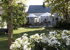 More images on: Trendenser. Summer House Garden, Balcony Garden, Home And Garden, Outdoor Spaces, Outdoor Living, Outdoor Decor, Swedish House, Garden Projects, Outdoor Gardens