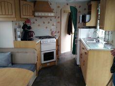 Voici son espace de cuisine avec four, hotte, grand frigo,...