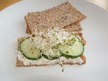 There is nothing better than to take a bite and hear the crunch, at the same time savoring the flavor- come and enjoy Swedish crisp bread! Heart Healthy Breakfast, Nutritious Breakfast, Healthy Breakfast Recipes, Healthy Eating, Healthy Life, Crisp Bread, Valeur Nutritive, European Cuisine, Nutrition
