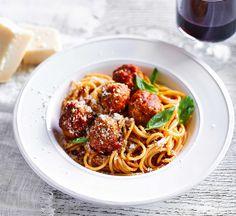 Harissa turkey meatballs with pasta and ratatouille sauce - Healthy Food Guide Italian Pasta Recipes, Spaghetti Recipes, Vegetarian Recipes, Cooking Recipes, Healthy Recipes, Vegetarian Barbecue, Budget Recipes, Barbecue Recipes, Vegetarian Cooking
