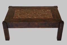 Ława VI wykonana z litego drewna, w tradycyjne sposób, bez użycia jakichkolwiek metalowych łączników, wkrętów itd.  Wykończone przy zastosowaniu oryginalnych technik nadających im niepowtarzalnego wyglądu. Swoją stylistyką nawiazują nieco do stylu rustykalnego i stylu skandynawskiego, lecz główna inspiracja przy ich powstawaniu czerpana jest z natury. materiał - sosna, mozaika z granitowych otoczaków, wykończony szelakiem indyjskim,  połysk wymiar: 94cm x 63cm x 39cm