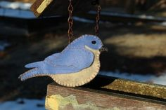 Felt bluebird ornament. More free patterns at http://www.downeastthunderfarm.com/bird-patterns/