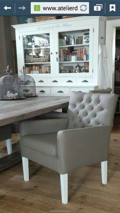 Lichtdoorlatende gordijnen met stijvolle ringen van bece for Witte eetkamerstoelen met armleuning