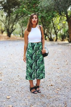 Browse the best tropical print outfit inspiration from bloggers | 'Guess What Blog' blogger in green palm print culottes, white crop top, and black sandals