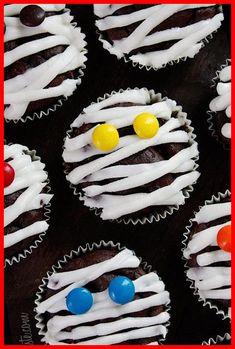 31 Halloween Party Ideas - Scrapality halloween party food 19+ | Halloween Party Food Appetizers | 2020 Halloween Cupcakes, Halloween Desserts, Scary Halloween Food, Halloween Cookies Decorated, Looks Halloween, Hallowen Food, Creepy Halloween Decorations, Halloween Party Decor, Halloween Crafts