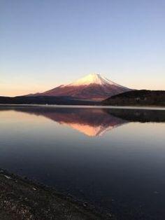 以前行った山中湖からの富士山段々夜が明け空がピンクに 湖に鏡のように映る富士山でダブル富士に() いつか初日の出拝みに行きたいな tags[山梨県]
