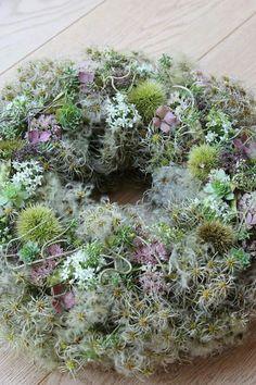 Aus Clematis  Samenstände einen Kranz binden.