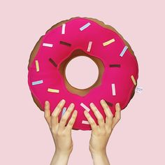 Sim! Nossa super Almofada Donuts em mais um tamanho! É pra encher a casa de Donuts!  Agora você pode ter uma almofada Donuts grande na sua cama e uma média na estante, na cadeira da sala, na sua bolsa... É! Nós ❤️ Donuts! Link na bio para pedir a sua! #almofada #donuts #médio #soubocó #fun #love