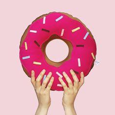 😱 Sim! Nossa super Almofada Donuts em mais um tamanho! É pra encher a casa de Donuts!  Agora você pode ter uma almofada Donuts grande na sua cama e uma média na estante, na cadeira da sala, na sua bolsa... É! Nós ❤️ Donuts! Link na bio para pedir a sua! #almofada #donuts #médio #soubocó #fun #love