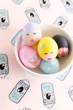 Sharpie Easter eggs: 19 of the coolest no-mess decorating ideas So verliebt in diese Ostereier: DIY Retro bouffant Dame Ostereier mit Farben + Sharpies Easter Egg Dye, Hoppy Easter, Easter Party, Easter Lunch, Easter Crafts, Crafts For Kids, Diy Ostern, Egg Art, Egg Decorating