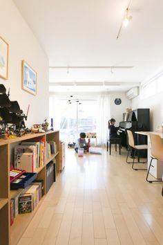 子ども部屋で子ども達はピアノを弾いたり、レゴで遊んだり。片づけがしやすいよう本棚を配置。 Living Room Decor, Shelf, Desk, Spaces, Furniture, Home Decor, Drawing Room Decoration, Shelving, Desktop