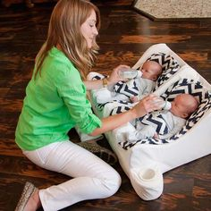 Pregnancy Gifts for First-Time Moms: 80 Ideas From Mamas – Tiny Fry Feeder for twins Twin Baby Gifts, Twin Baby Boys, Boy Girl Twins, Twin Mom, Twin Girls, Twin Babies, Twins Announcement, Nursery Twins, Baby Must Haves