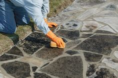 How to lay a mortared stone patio Flagstone Pathway, Walkways, Landscaping Borders, Landscaping Ideas, Polymeric Sand, Stone Patios, Crazy Paving, Cambridge House, Cozy Backyard