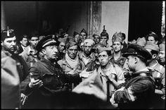 MADRID, España durante La Guerra Civil. Un oficial fascista es interrogado por un oficial republicano, 1936. ROBERT CAPA