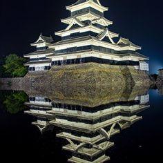 Instagram【mojiwo】さんの写真をピンしています。 《フォルムが一番好きなお城 #一日一城 2013.9 #松本城 #烏城 #深志城 #国宝 #史跡 #現存天守 #現存十二天守 #松本 #長野 #お城 #ライトアップ #リフレクション #揺らぎなさすぎて違和感 #夜景 #写真好きな人と繋がりたい #pasttime #Matsumoto #Nagano #castle #illumination #illuminate #nightview #nationaltreasure #Japan この頃から #nikon》