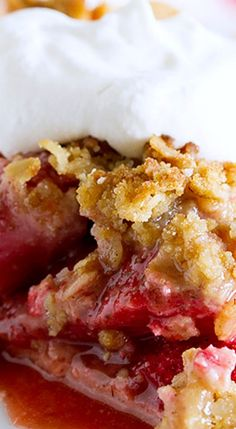 Strawberry Crumble Pie ~ Sweet, fresh strawberries are topped with a spiced crumble topping in this Strawberry Crumble Pie that makes the perfect summertime dessert. Pie Crumble, Crumble Topping, Pie Dessert, Dessert Recipes, Strawberry Desserts, Strawberry Ideas, Strawberry Patch, Cooking Recipes, Pie Recipes