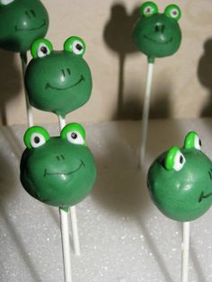 Frog Cake Pops I made for Alyssa's Princess and the Frog Party Frog Baby Showers, Frog Cakes, Reptile Party, Frog Theme, Cupcakes For Boys, Elephant Party, Oreo Pops, Marshmallow Pops, Baby Shower Princess