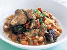 平山 由香さんの豚スペアリブを使った「大豆入りスペアリブとプルーンの煮込み」のレシピページです。 材料: 豚スペアリブ、たまねぎ、にんにく、大豆、白ワイン、プルーン、イタリアンパセリ、オリーブ油、塩、黒こしょう