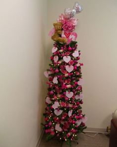 47 Stylish Valentine Tree Decoration Ideas - A strand of peals. a ruby ring. a stunning watch. All these have to do with Valentine's Day happiness and gifts of love for your special Valenti. Valentine Tree, Valentine Day Crafts, Holiday Crafts, Valentine Ideas, Holiday Decor, Christmas Tree Themes, Holiday Tree, Xmas Tree, Kids Christmas