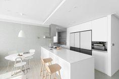 호텔을 그대로 옮겨운 인테리어, 네가족의 39평 아파트 | 1boon Kitchen, Table, Furniture, Home Decor, Cooking, Decoration Home, Room Decor, Kitchens, Tables