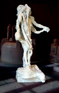 Clotho (1893) par Camille CLAUDEL (1864-1943). Fille de Nyx (la Nuit) et Erèbe (les Ténèbres), Clotho est l'une des trois Moires. Fille de Nyx (la Nuit) et Erèbe (les Ténèbres), Clotho / Κλωθώ / Klôthố, « la Fileuse » file la destinée d'un individu dès sa naissance. Plâtre du Musée Rodin, Paris - Exposition RODIN, l'exposition du Centenaire 13 Mars 2017 - 31 Juillet 2017 Grand Palais - Photo Hervé Leyrit.