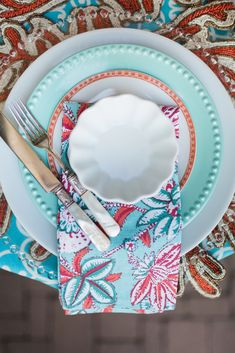 Summer table inspo. Place Setting ideas Summer Table Decorations, Place Settings, Places, Vibrant, Ideas, Dining Sets, Table Settings, Thoughts, Lugares