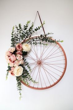 Repurpose und recyceln Sie ein altes Fahrrad-Rad – Repurpose and recycle an old bike wheel – one – Repurpose and recycle an old bike wheel – one Diy Wand, Mural Floral, Floral Wall, Mur Diy, Deco Champetre, Fleurs Diy, Hanging Flower Wall, Flower Wall Decor, Tapestry Wall Hanging